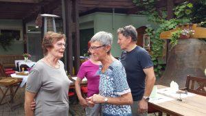 Die Gäste treffen sich im Gasthaus Löwen